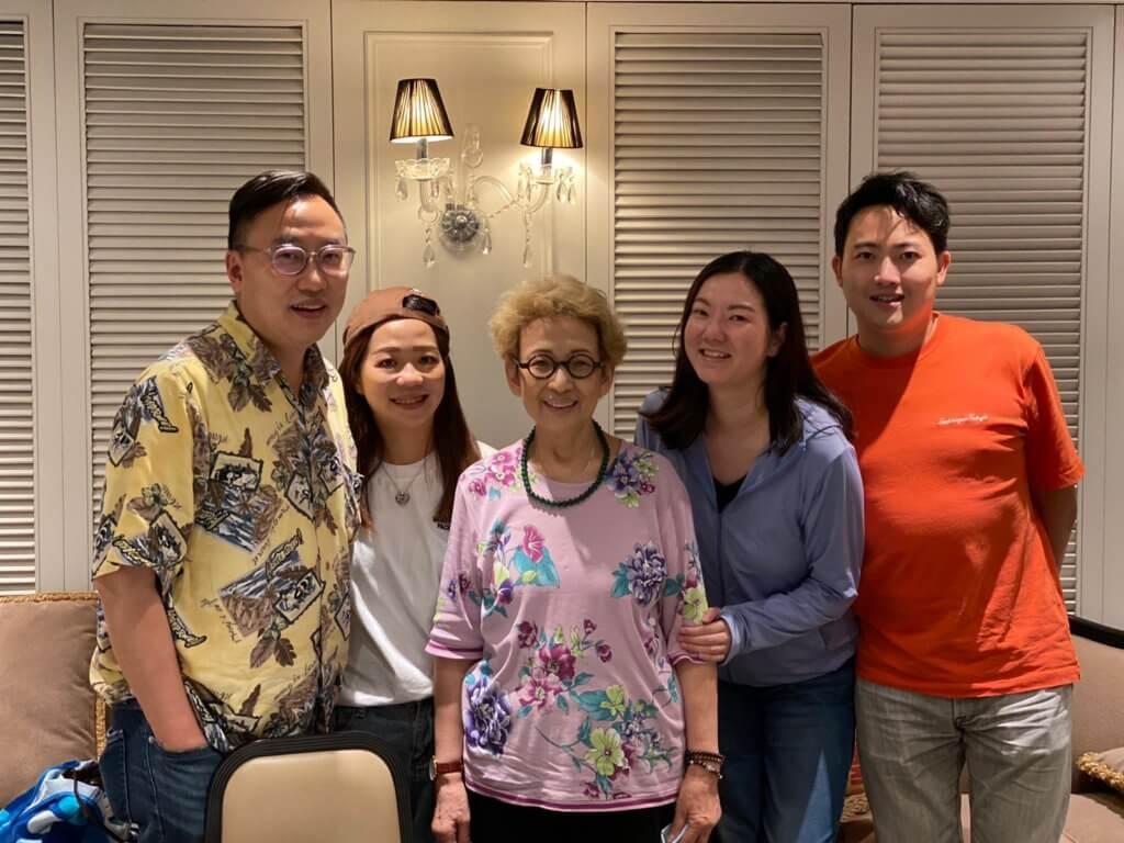 剛過去的母親節,(左至右)囝囝、新抱、姪仔夫婦請她吃飯慶祝,波姐戴的頸鍊是新抱送的母親節禮物。
