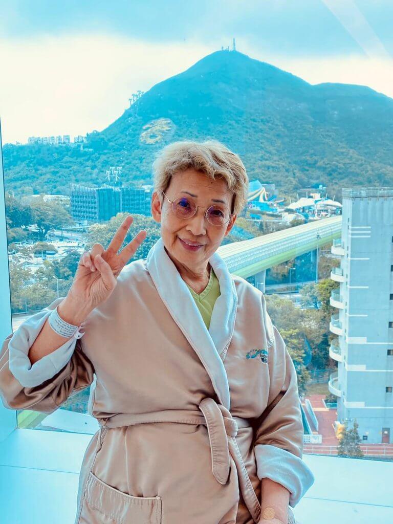 醫生說多活動有助傷口恢復,波姐最喜歡到醫院平台遙望對面山的海洋公園。