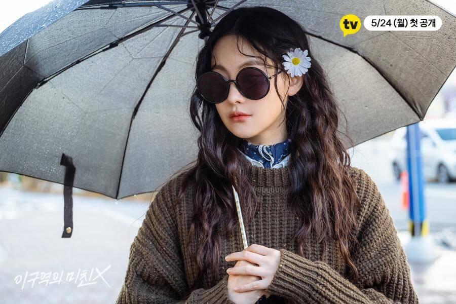 無論好天抑或雨天,吳漣序都要擔遮及戴太陽鏡,更在髮鬢插上一枝花,外型像極瘋子,其實她心理有病,不想跟人親近才以此打扮嚇退街坊。