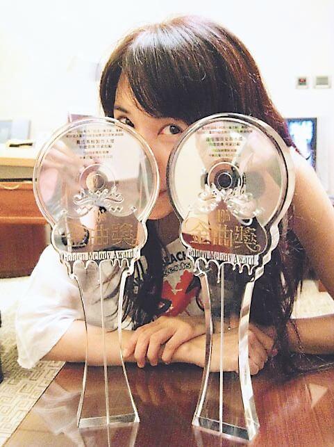 Karen是首位奪得金曲獎「最佳國語女歌手獎」、金曲獎「最佳國語專輯獎」的香港女歌手,亦是首位兩度奪得「金曲歌后」的香港女歌手。