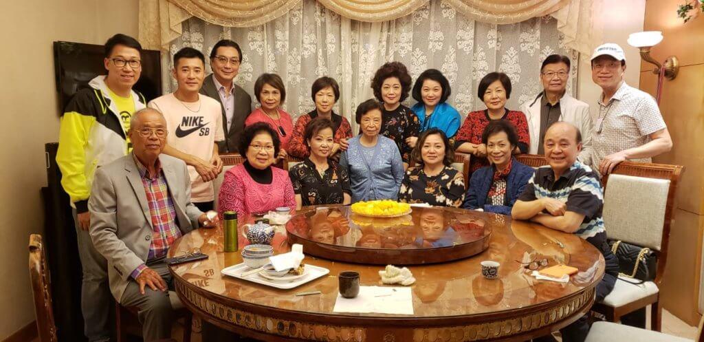 美玲的奶奶交遊廣闊,有很多戲行和歌唱界好友。