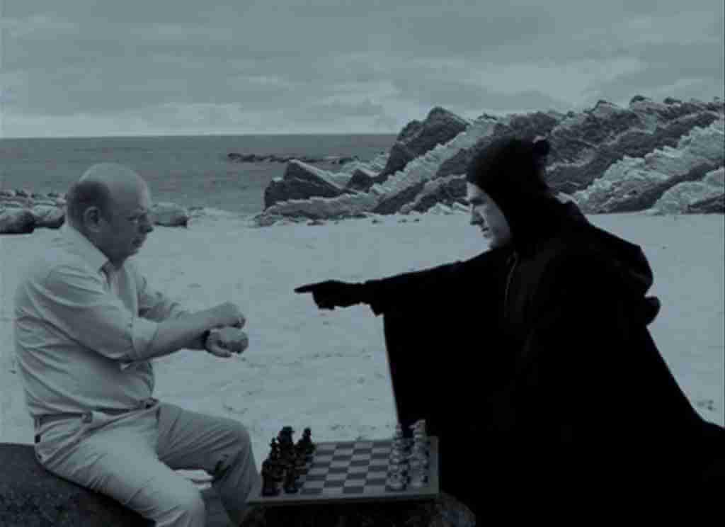 基斯杜化華茲在《情迷電影節》中化身英瑪褒曼經典《第七封印》中的死神,來開解華萊士尚恩飾演的淪落電影人男主角,好玩精采。
