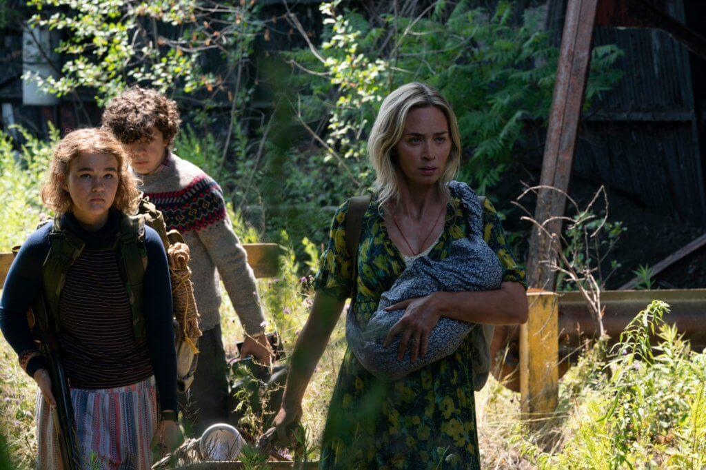 艾美莉(右)在《無聲絕境II》帶子女繼續尋找生還希望