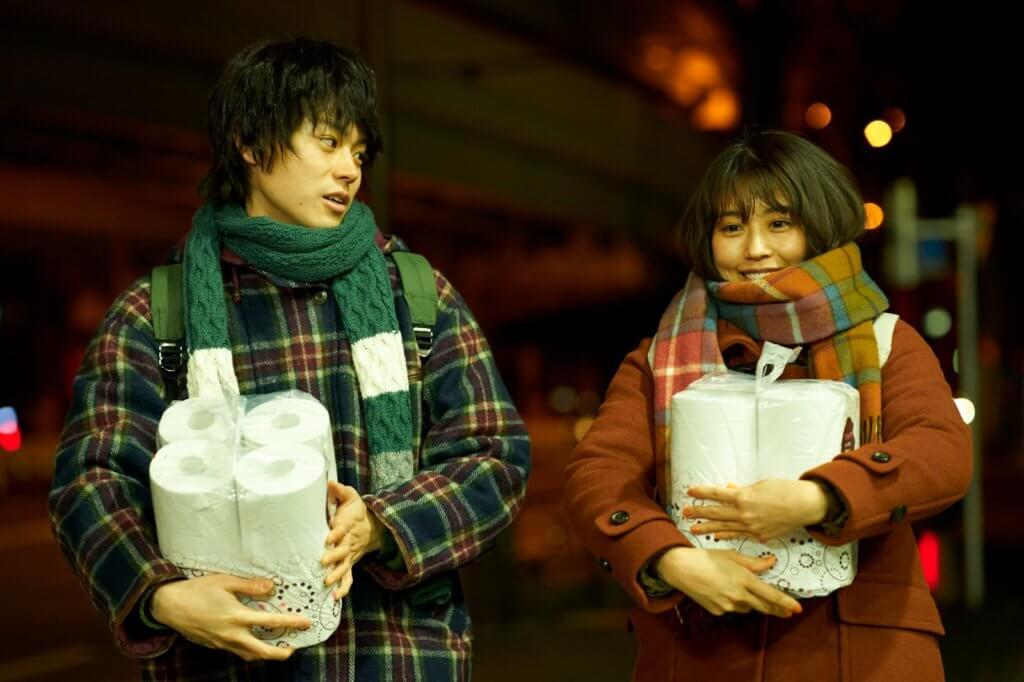 菅田將暉與有村架純在片中因錯過尾班車而相遇,發現有共同的電影、音樂、漫畫等喜好而發展成同居情侶。