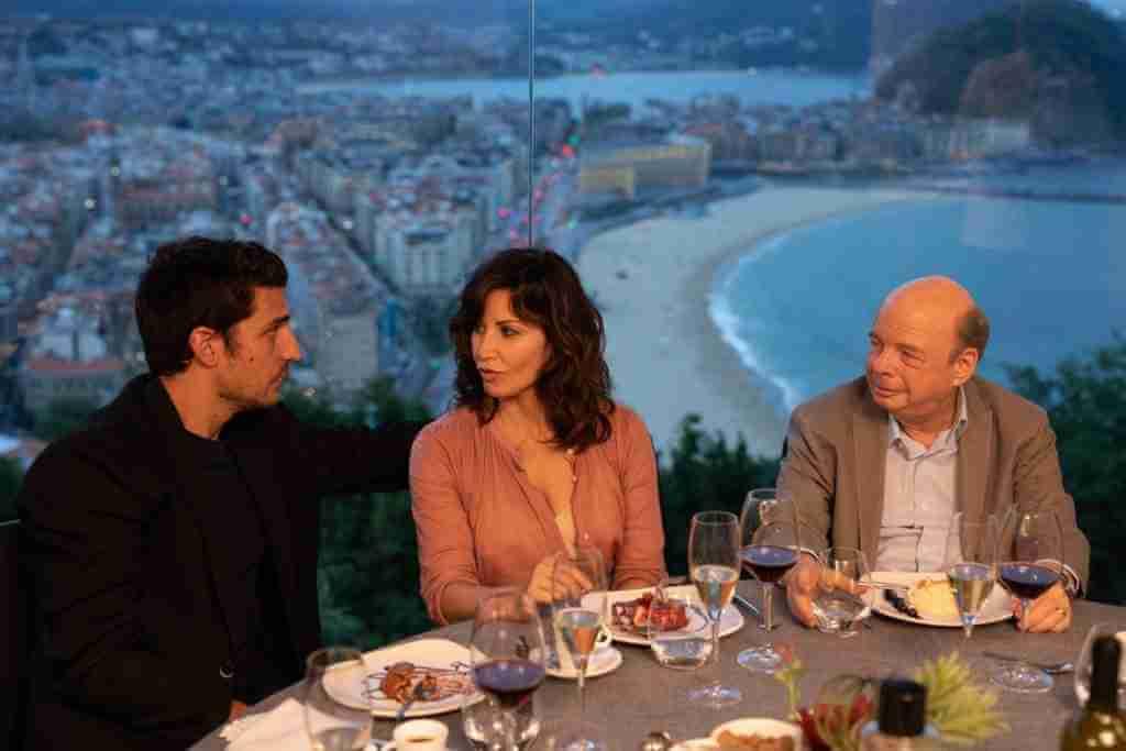 華萊士到西班牙並不享受參加影展,因任職公關的妻子不停跟路易斯加爾飾演的影展鋒頭躉型男導演眉來眼去。