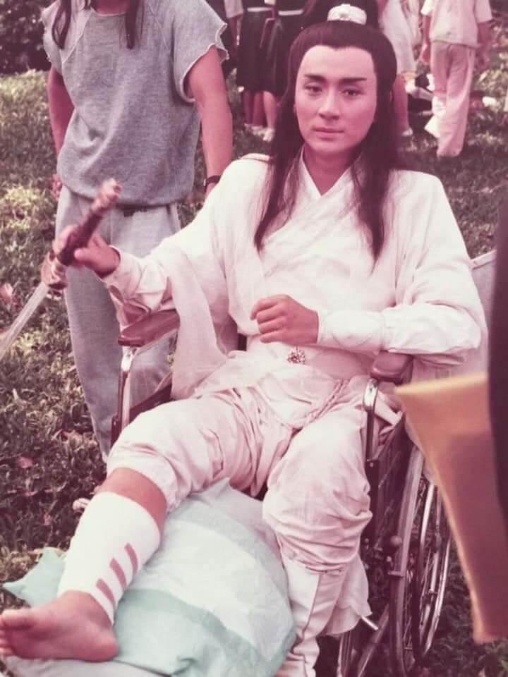 吳岱融在新加坡電視台拍劇時弄傷腳,當時他用原名吳瑰岸。