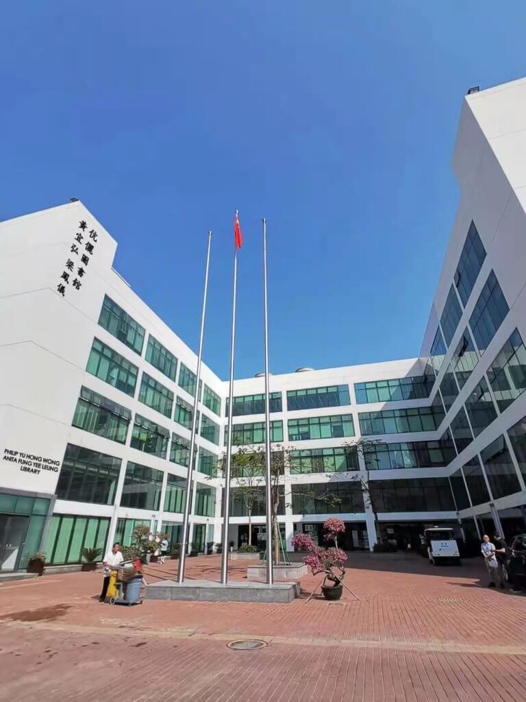香港中文大學(深圳)的創校圖書館,命名為「黃宜弘梁鳳儀伉儷圖書館」。