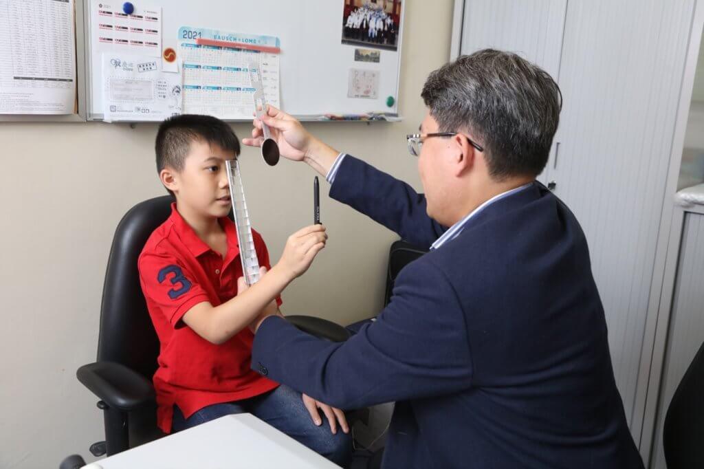 小朋友的視力問問往往容易被忽略,為學童定期進行視力檢查非常重要。