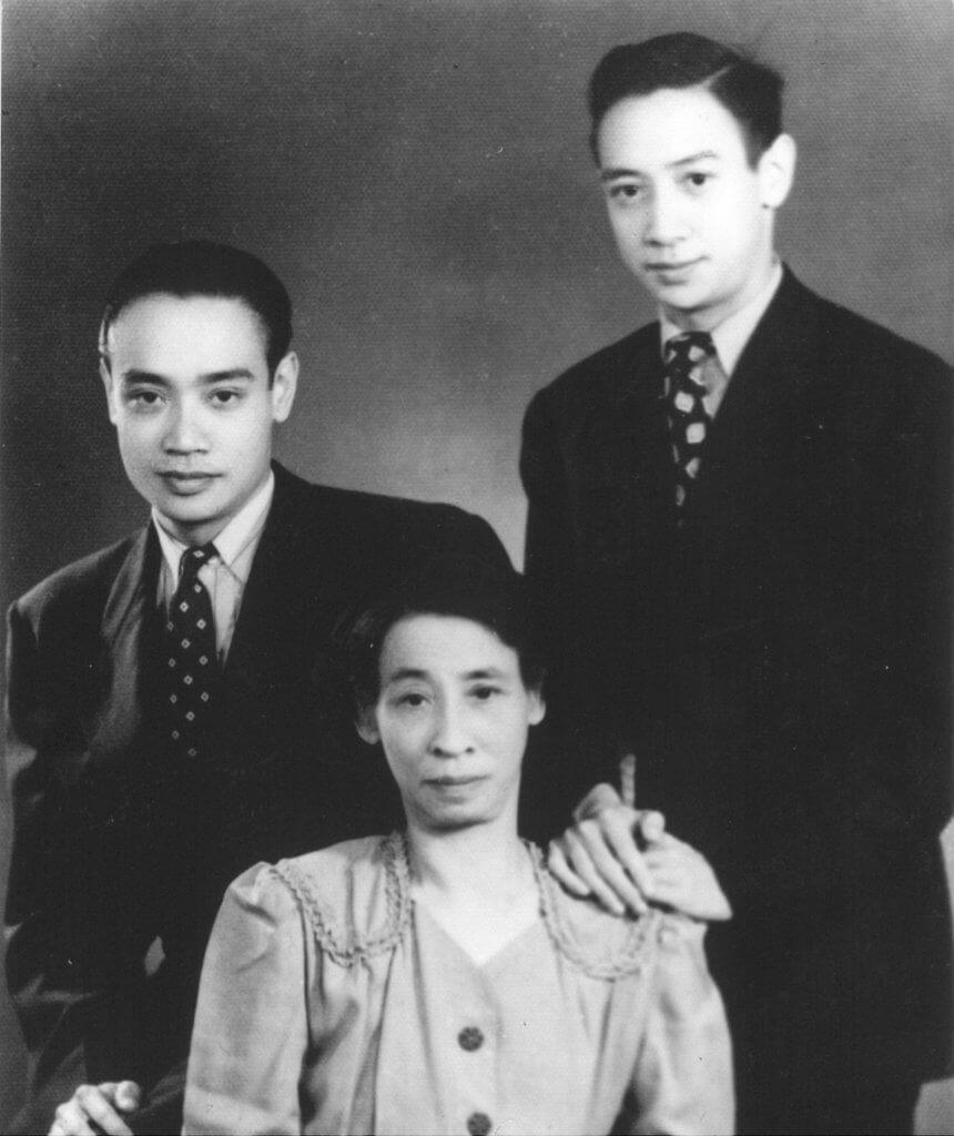 他與大哥Armando(左)及母親於一九五○年拍攝的合照