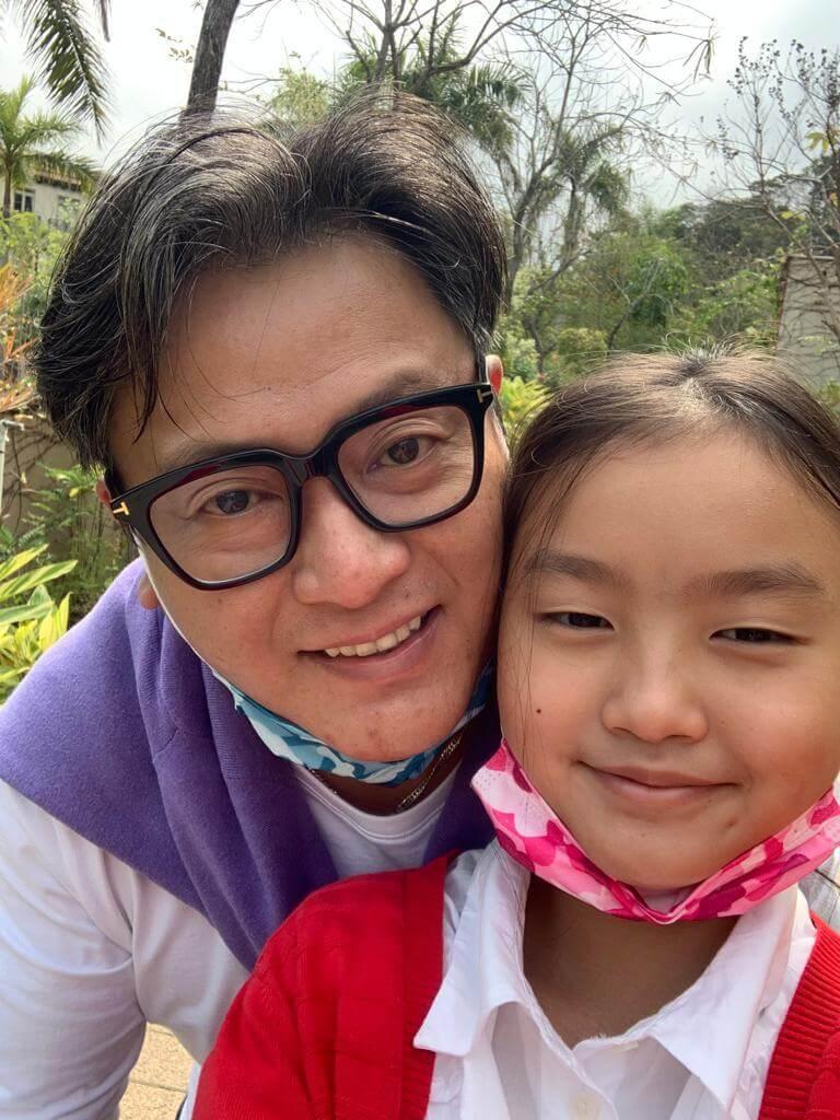 魏駿傑專心照顧十歲女兒,包括天天陪她做功課。