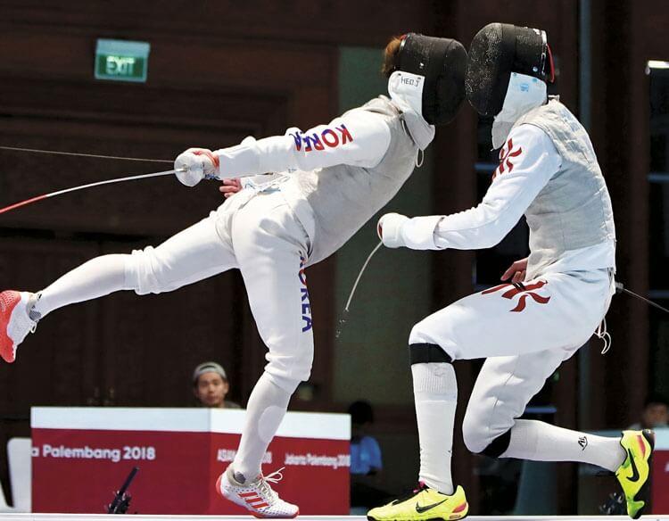 男子花劍團體決賽中,張家朗一度助港隊拉開比數,可惜最終敗給韓國隊獲銀牌。