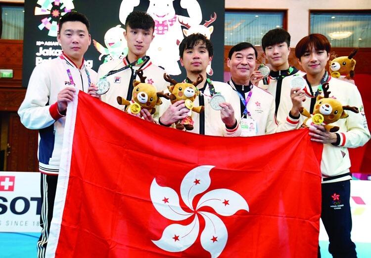 崔浩然在個人賽取得銀牌,因傷患未能再上陣,改由家朗(右二)與隊友蔡俊彥(左二)、楊子加(左三)全力在團體賽中爭牌,教練汪昌永(右三)為備戰亞運落足心機。