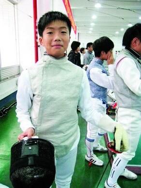 張家朗在小學三年級暑假初試劍擊運動