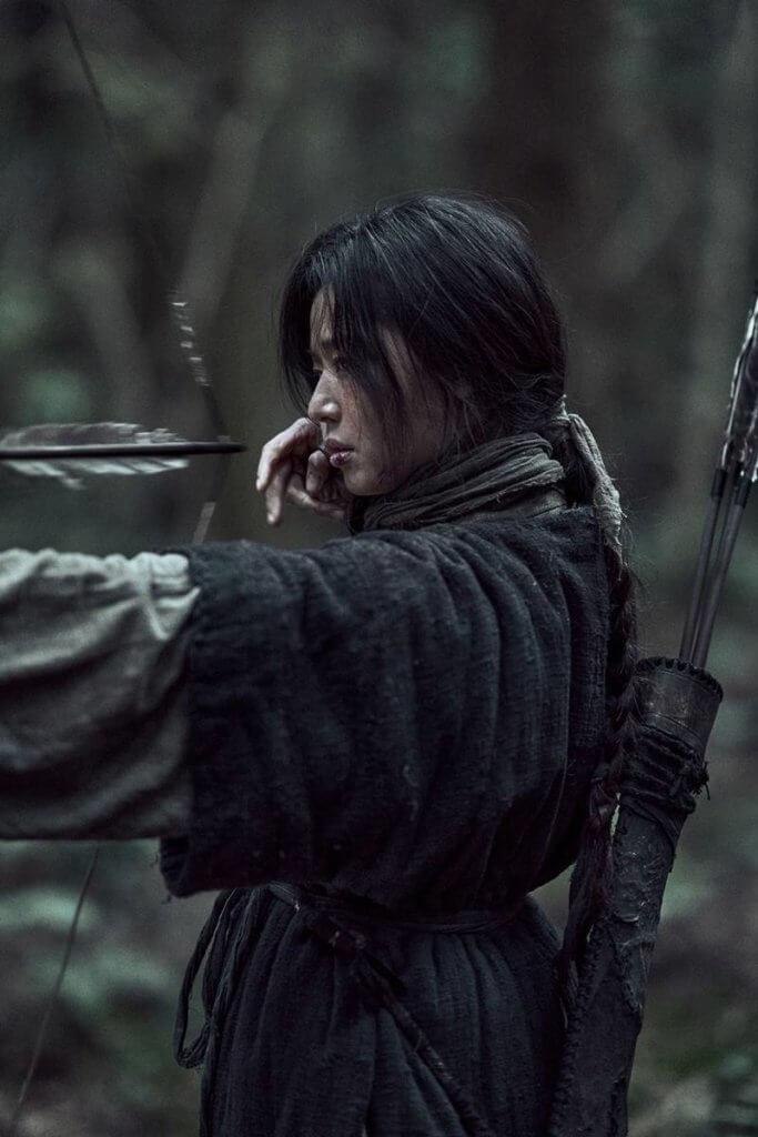 智賢在劇中飾演雅信,因發現生死草而解開喪屍之謎。