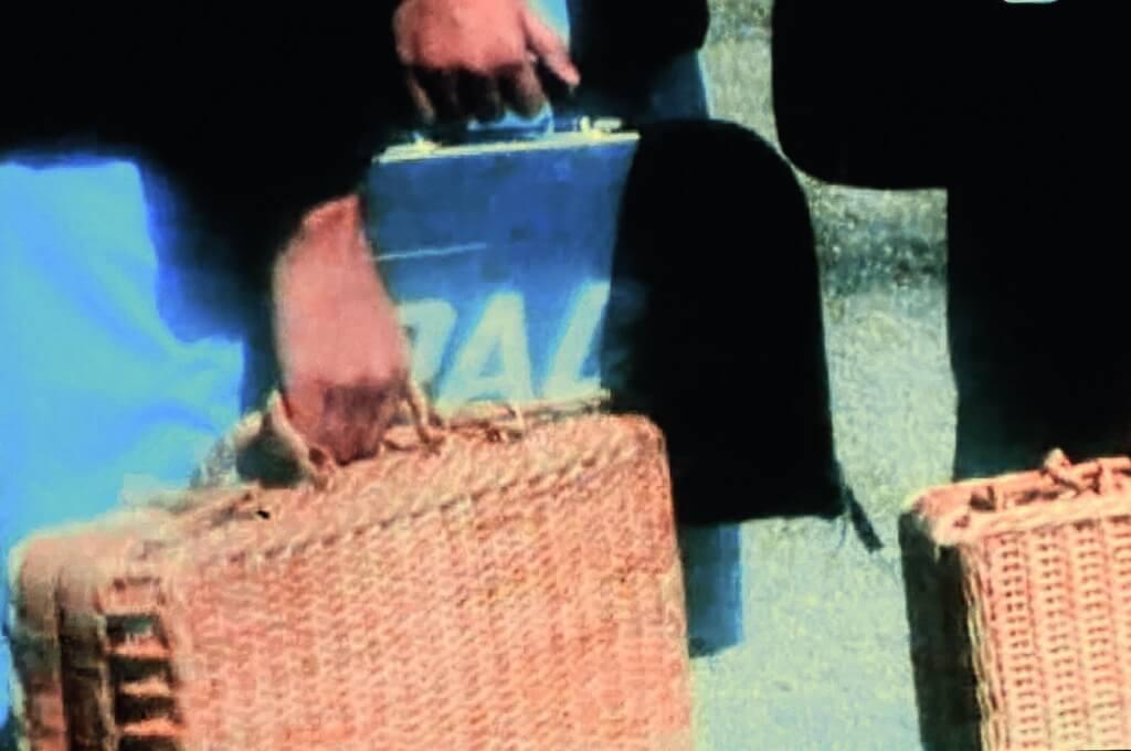 人人用藤籃書包的年代,忽然出現一個阿美利堅航空公司手提袋,雖然校服個個一樣,但身份地位馬上分出高下。往網店一查,類似包包今日懷舊價約一千四百港元