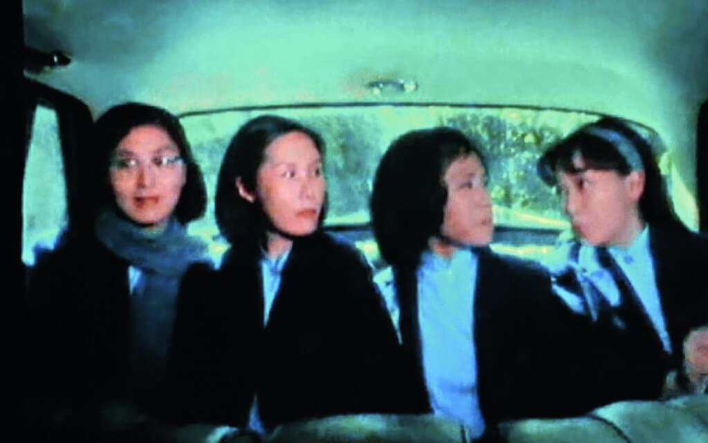 天天坐私家平治往返學校的解文意(李司棋),沿途接送其他女同學。本來黃影霞(鄭裕玲)也在內,但自己遲出門的大小姐總連累守時的「黐車坐」的四個女孩,三個不介懷,但影霞從某天開始便自己坐巴士。