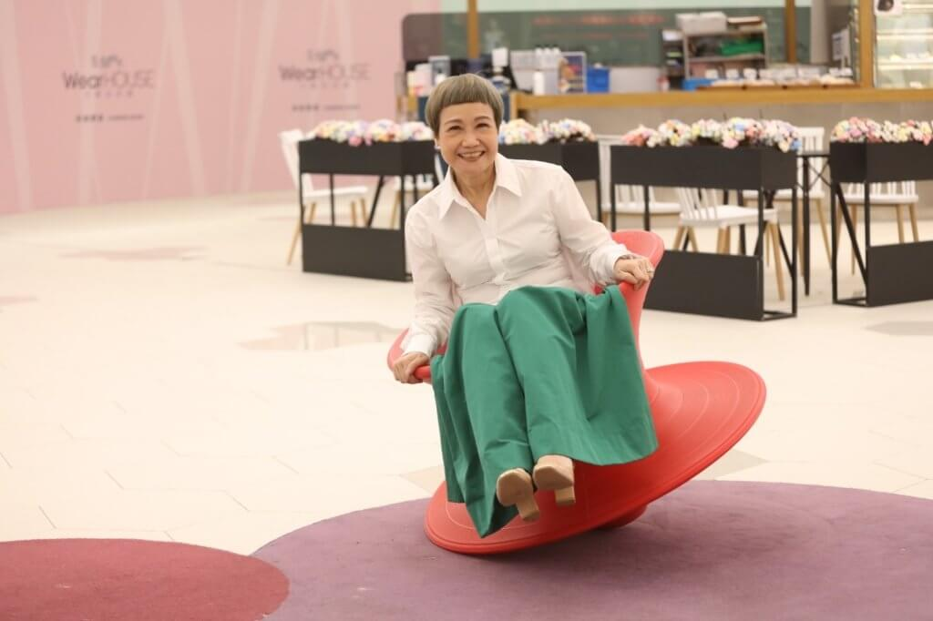 陳桂芬從事旅遊業多年,她表示正職是其「牛油麵包」,當年的業餘劇社沒有任何資助,必須要有穩定收入才可支持下去。