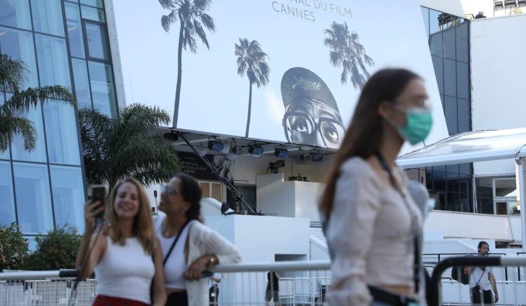 今年康城影展明顯少了許多人,街道上的市民有人戴口罩,亦有人不願意佩戴。