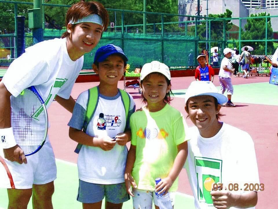 凱琹六歲時與哥哥在球場偶遇關智斌及張致恒,當時兩人是英皇力捧的組合Boy'z。