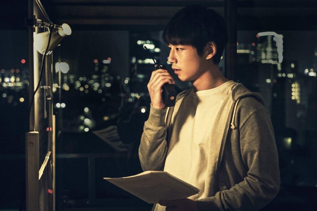 有點似《幻愛》男主角劉俊謙的坂口健太郎,透過失靈對講機聯繫「過去」與「現在」。