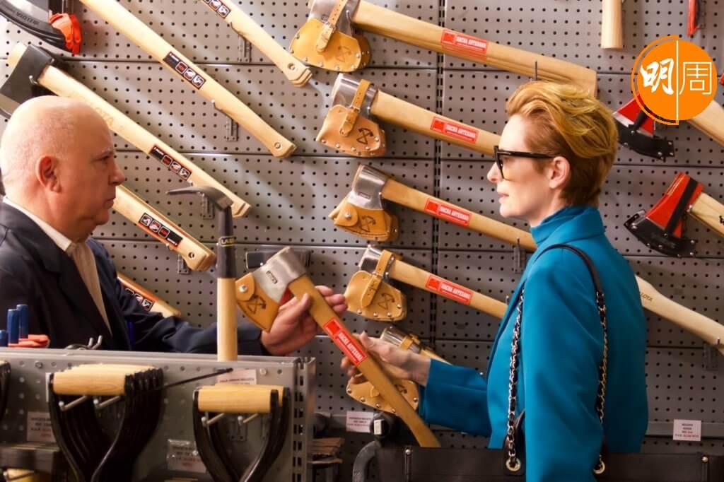 《人聲》開場琳瑯滿目的斧頭,襯托女主角蒂達史雲頓危險的內心世界。