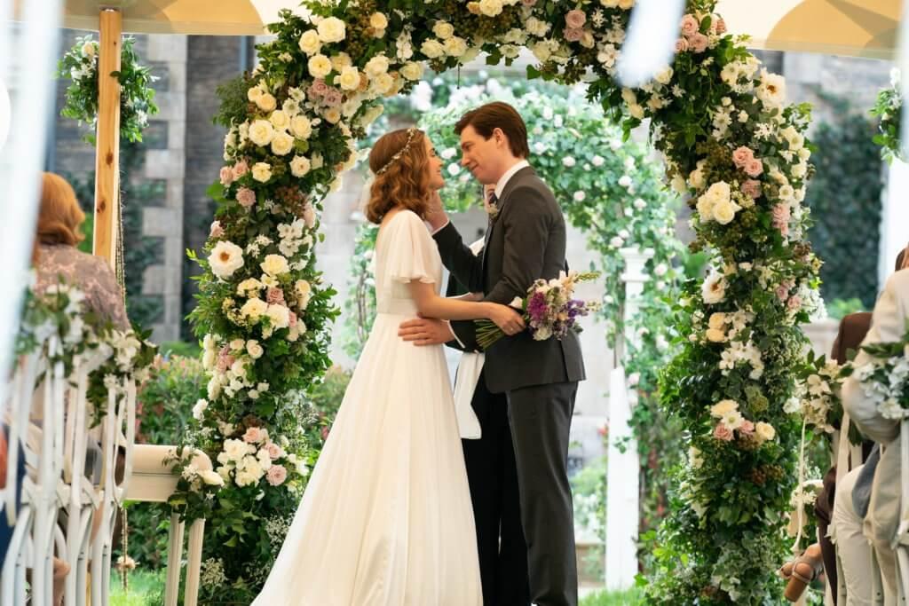 當勞格利遜飾演的菜園主人麥奎格,與露絲拜恩飾演的碧雅,終於拉埋天窗。