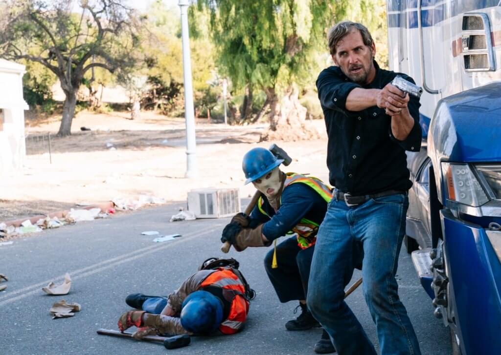 協助墨西哥主角一家逃生的祖殊盧卡斯,迎擊一眾狂屠分子。