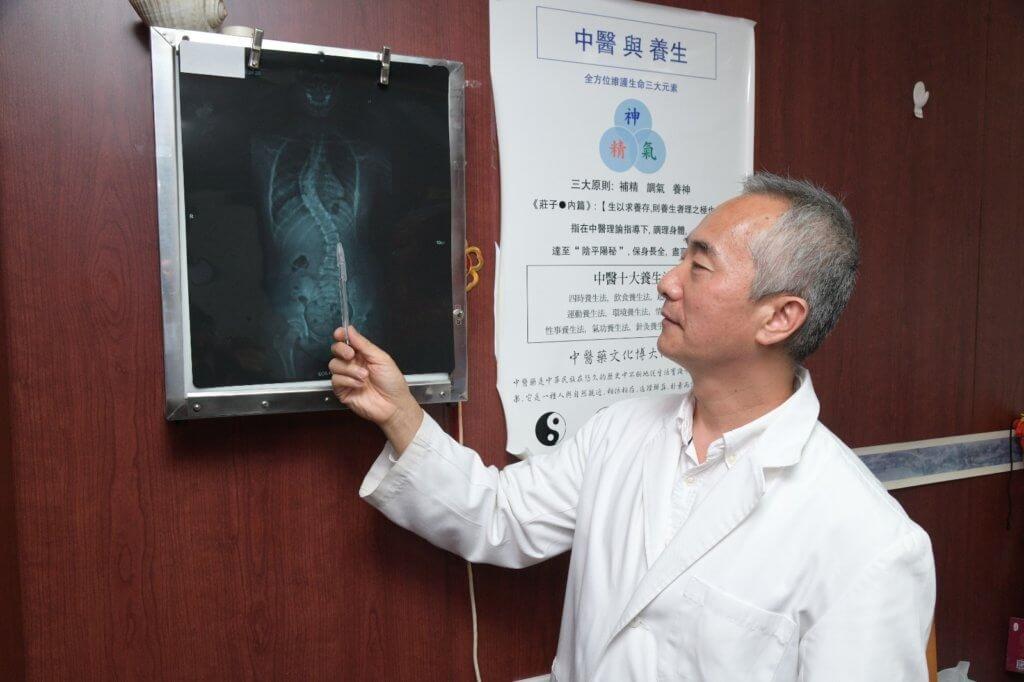 林醫師認為脊柱側彎超過十度就要正視