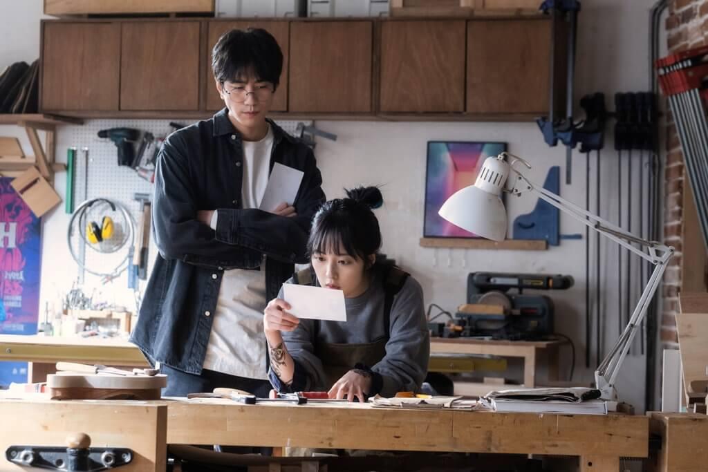 在《天空城堡》中飾演資優窮學生的金寶羅,今次飾演盛駿的助手兼女友。
