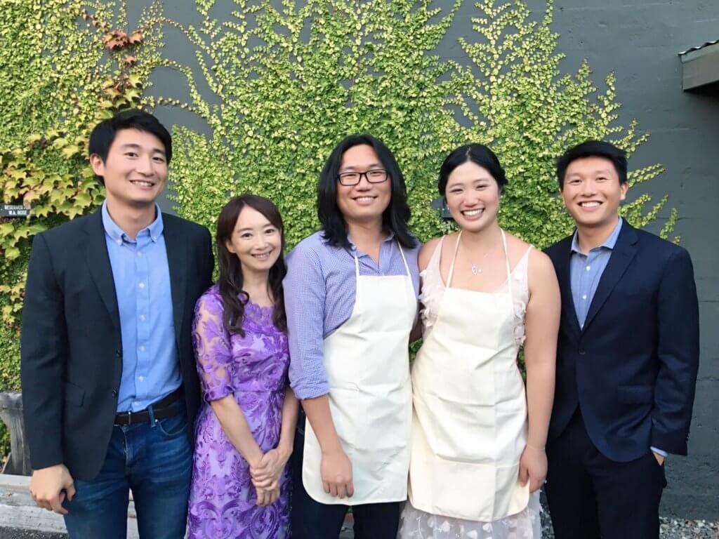 陳美齡的長子 (左三) 和妻子舉行派對,左起:三子協平、陳美齡、長子和平、長子太太Lucia、次子昇平。