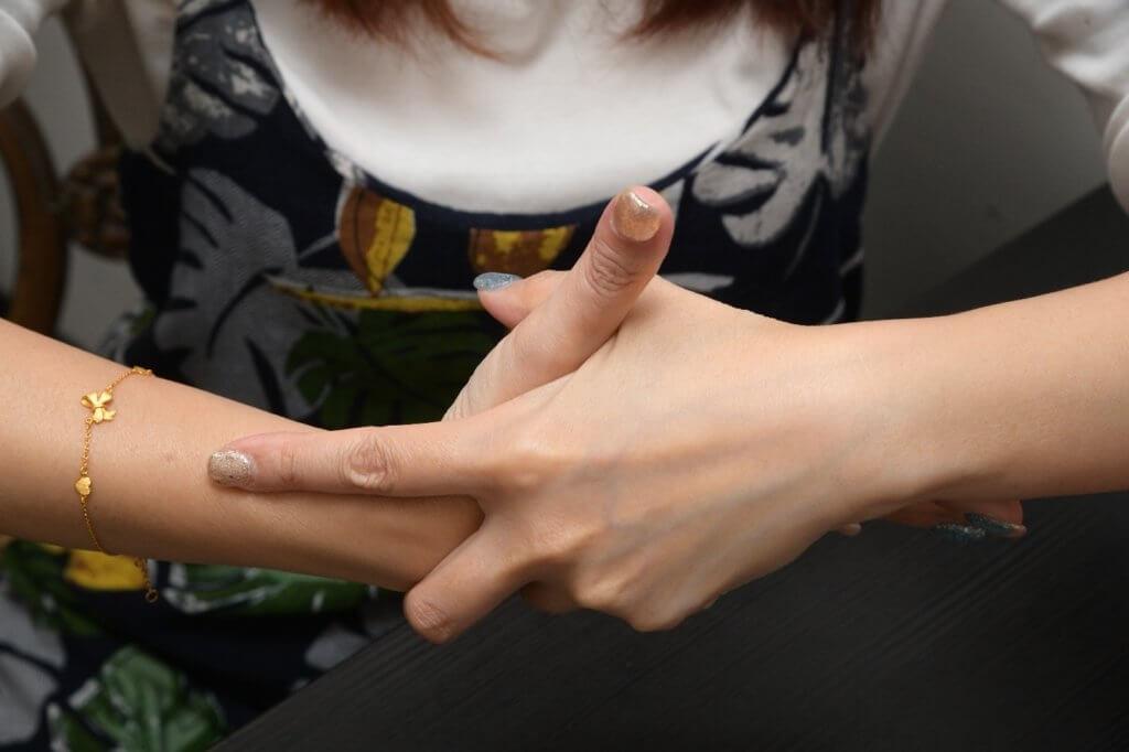 雙手虎口位交叉取穴,食指按壓位就是「列缺穴」
