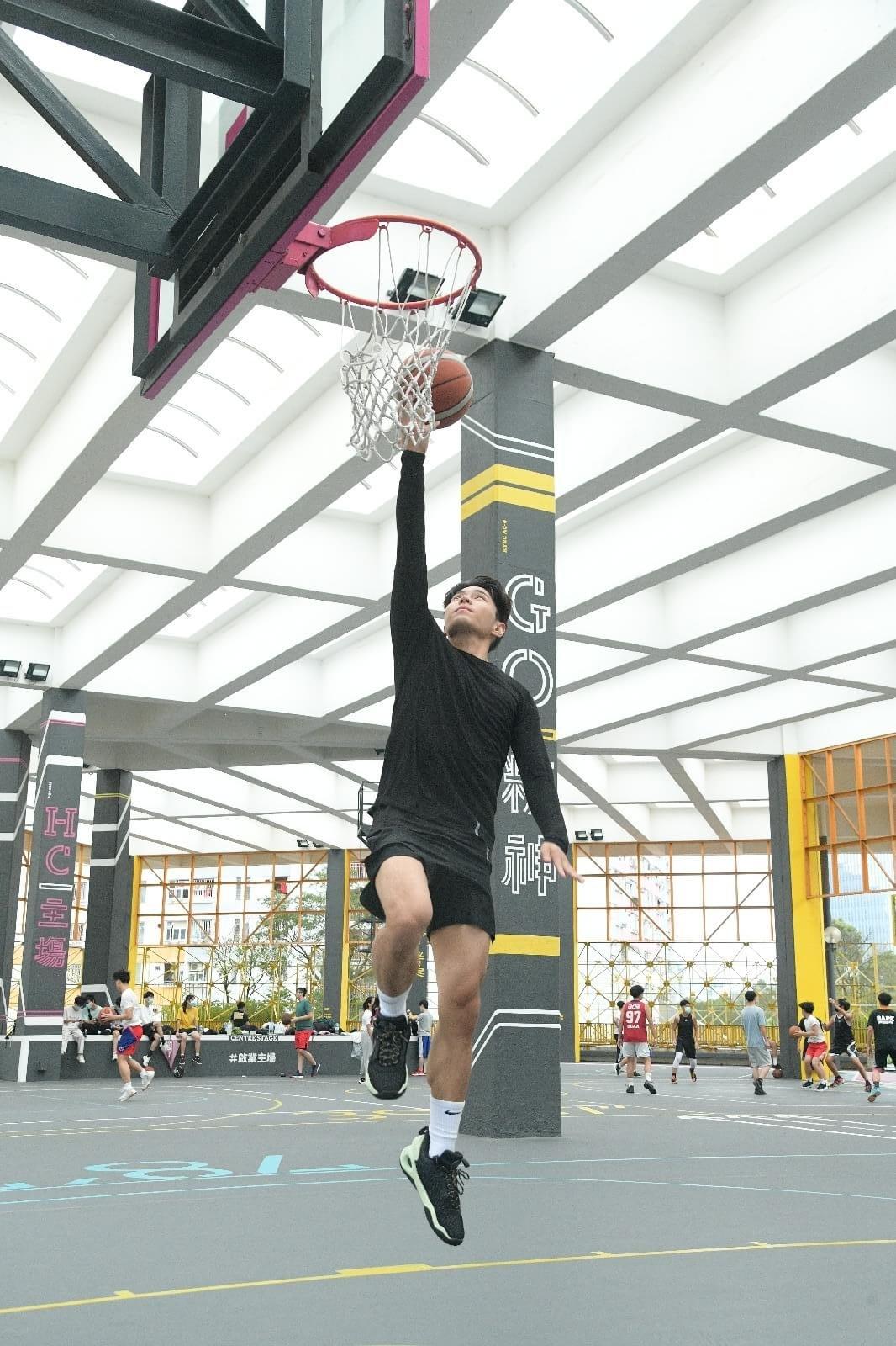 羅天宇自幼對打籃球情有獨鍾,可惜母親愛子心切,怕他受傷而反對。