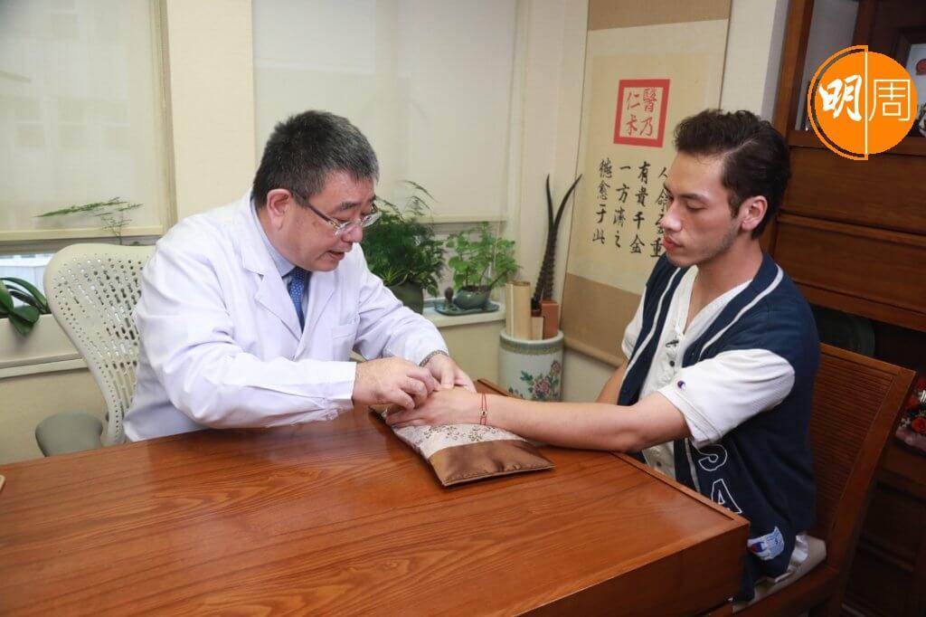 中醫針灸及穴位按壓可紓緩手汗問題。