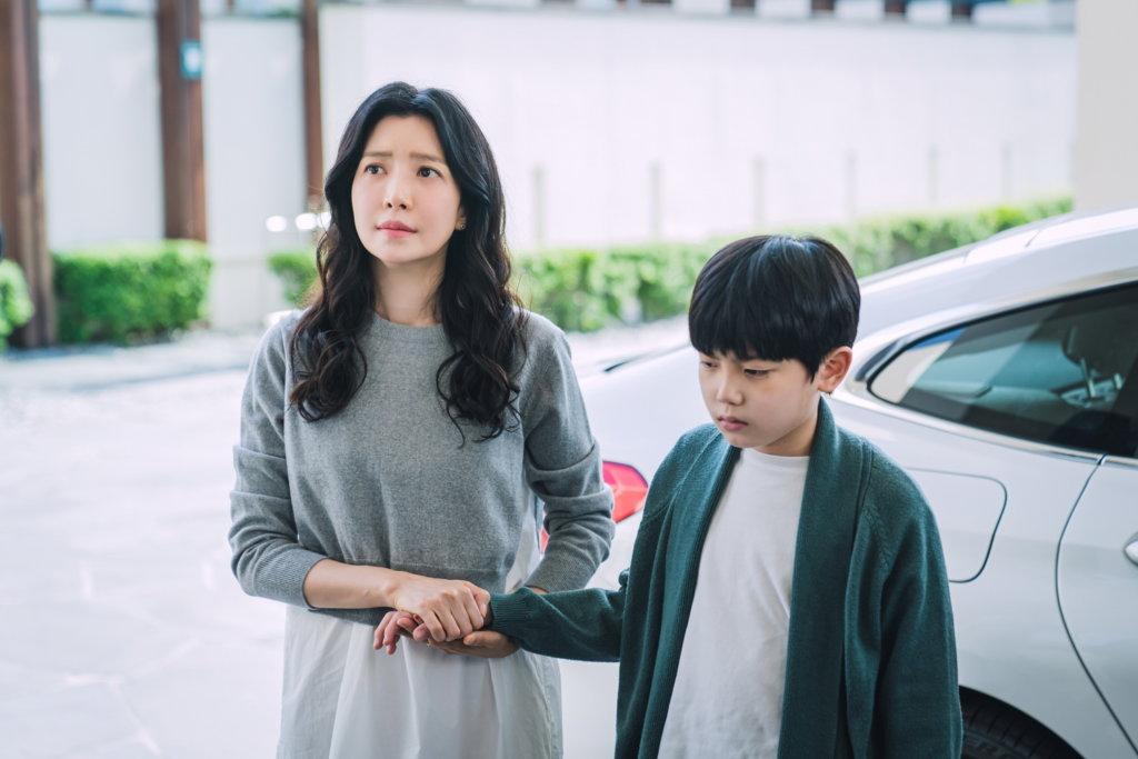 尹世雅近年多演闊太角色,今次再《The Road: 1 的悲劇》中,演與丈夫關係出現裂痕的妻子。 12
