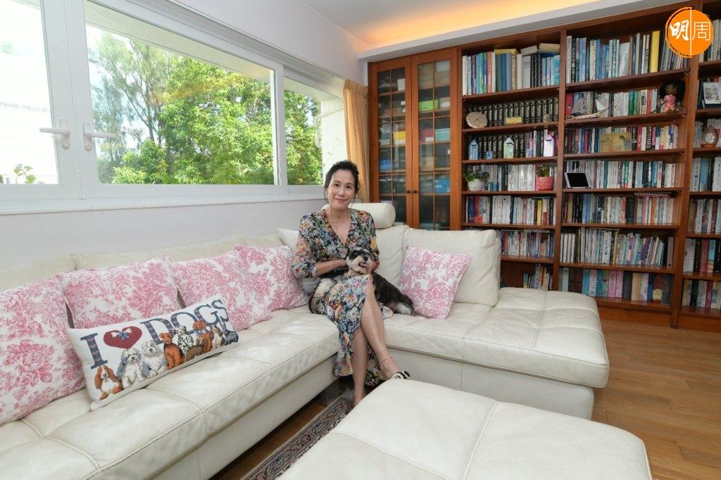 Maggie居於赤柱的低密度住宅,客廳陳設簡潔,除了一張大型米白梳化,亦有一個大型書櫃,放滿夫婦二人的藏書。