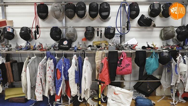 劍擊的裝備有面罩、劍衣、劍褲等