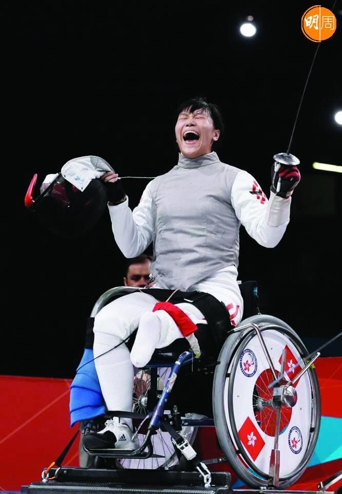 花劍項目,翠怡勝出比賽後表現興奮。