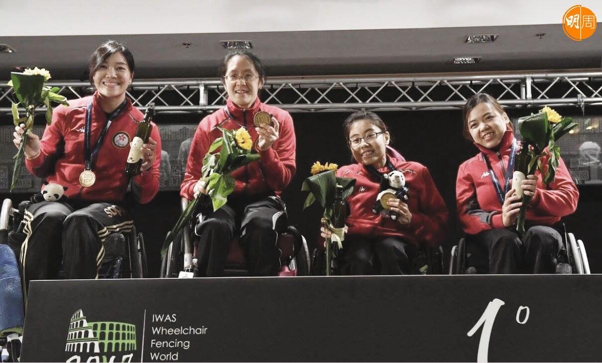 去年在羅馬舉行的IWAS輪椅劍擊世界錦標賽,翠怡聯同吳舒婷、湯雅婷及鍾婉萍贏得女子重劍團體賽金牌。
