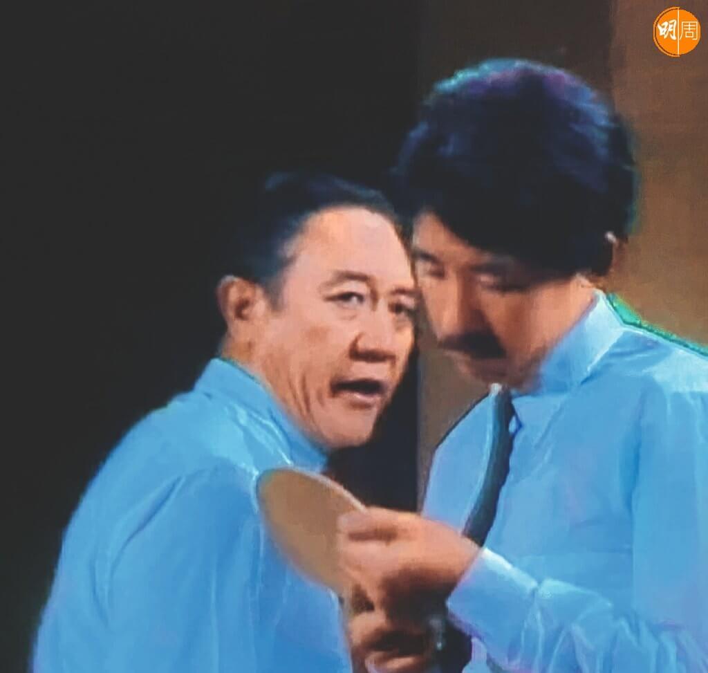 父親不算嚴厲,但為什麼兒子在他面前還是垂頭與咕噥居多?原因之一,是二人的關係並不親密,由他在兒子面前對妻子以「你個仔,你個仔」作口頭禪可見一斑。