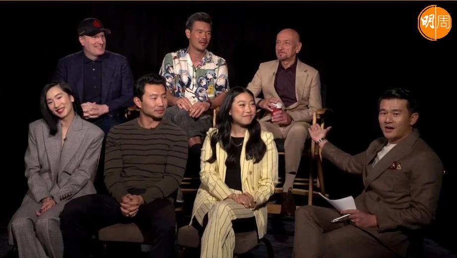 Marvel Studios總裁Kevin Feige、導演德斯汀丹尼爾克雷頓、主角劉思慕、奥卡菲娜、張夢兒及賓京士利日前現身洛杉磯的Zoom視像記者會,錢信伊擔任主持。