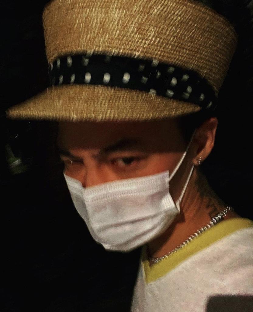 GD觀賞作品之餘,也戴上草帽自拍。