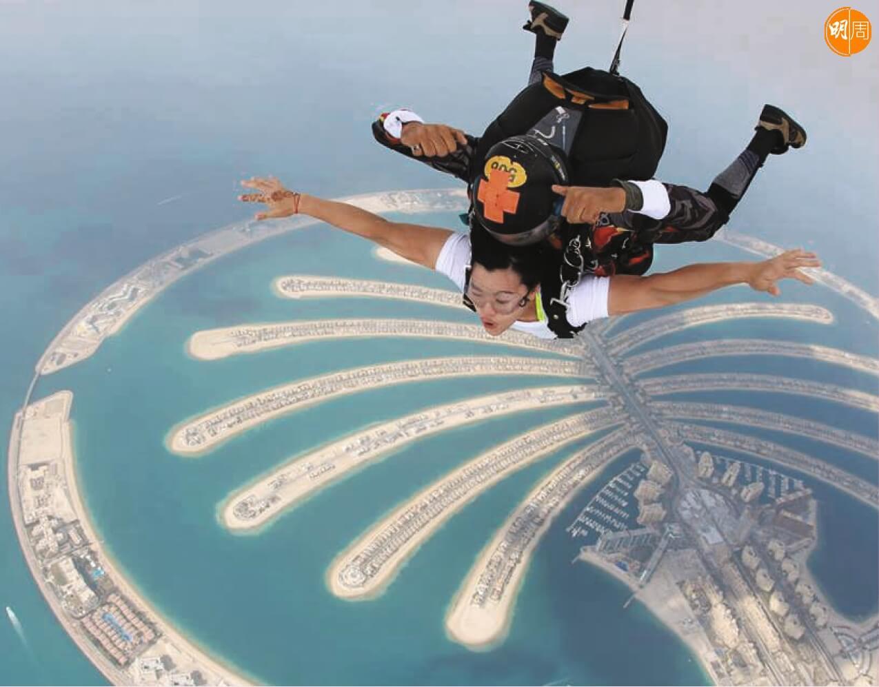 早前翠怡去到杜拜,一嘗高空跳傘的滋味。