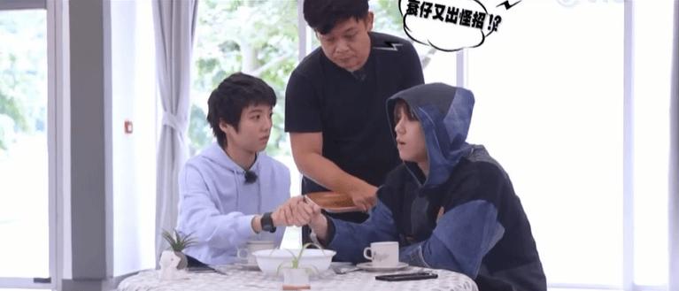鍾雪瑩於《調教你Mirror》跟姜濤試戲,與姜濤拖手仔。