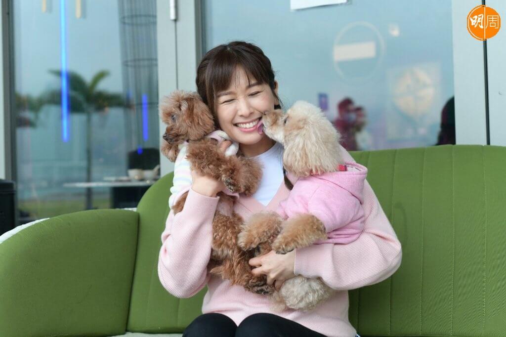 Chloe和Mischa喜歡戶外活動,趙希洛有空便會帶牠們去狗公園散步。