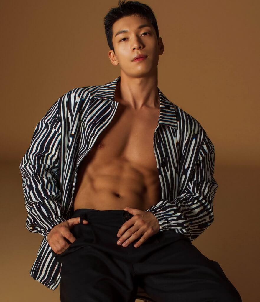 魏河俊熱愛健身,練得一身結實胸腹肌。