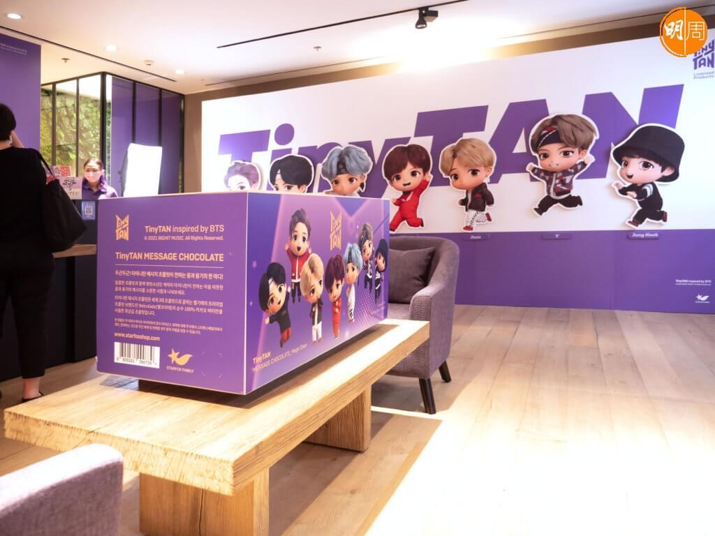 BTS推出自家品牌朱古力,寓意把祝福送給粉絲。朱古力近日正式在香港登場,品牌方面也設立了期間限定店造勢,讓粉絲前來打卡。 4