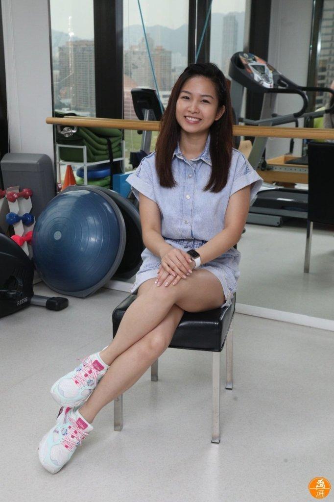 很多女孩習慣蹺腳,對腰和膝蓋會造成不良影響。