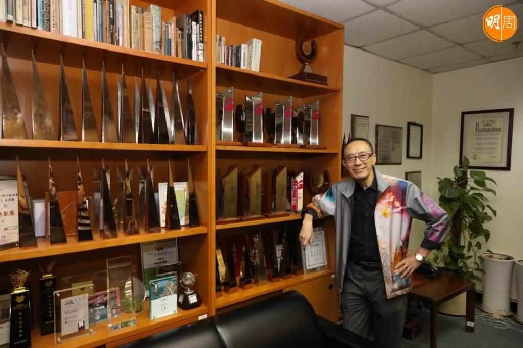 香港話劇團辦公室放滿獎座,當中有很多是毛Sir的作品。