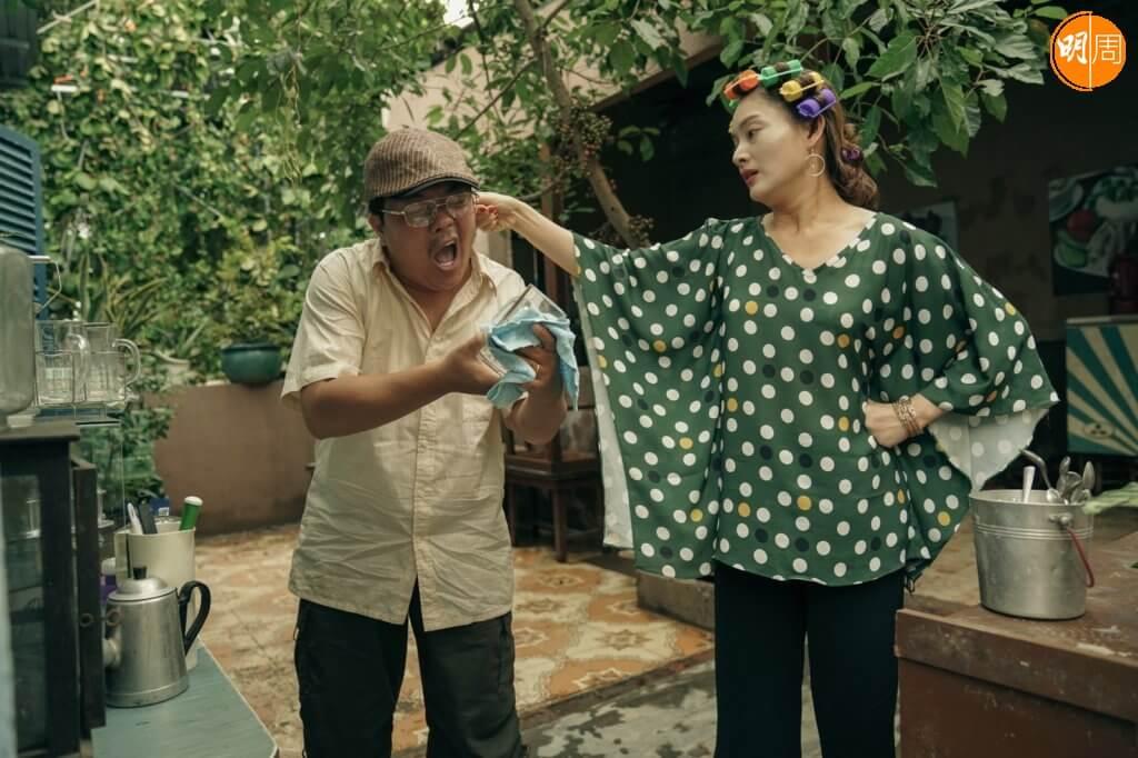 父子旁邊的親朋戚友間的問題,反映越南新舊世代的轉變。