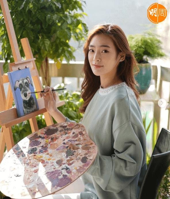 除了好動外,她同樣有文靜一面,畫畫是其中一種。